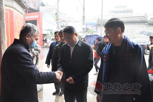 上海市委统战部副部长、市民宗局党组书记王霄汉到上海城隍庙走访慰问