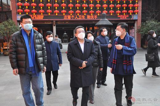 上海市委常委、统战部部长郑钢淼到上海城隍庙检查疫情防控工作并慰问值守教职人员