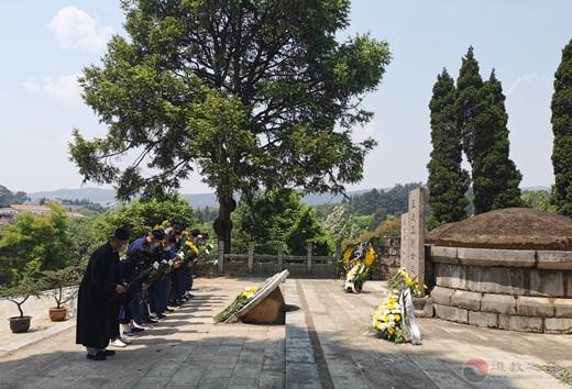 云南省道教协会龙泉观到黑龙潭公园烈士陵园祭扫