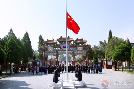 河南中岳庙降半旗为新冠肺炎逝者默哀