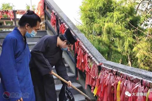 武汉大道观在东湖开展清除景区白色垃圾活动