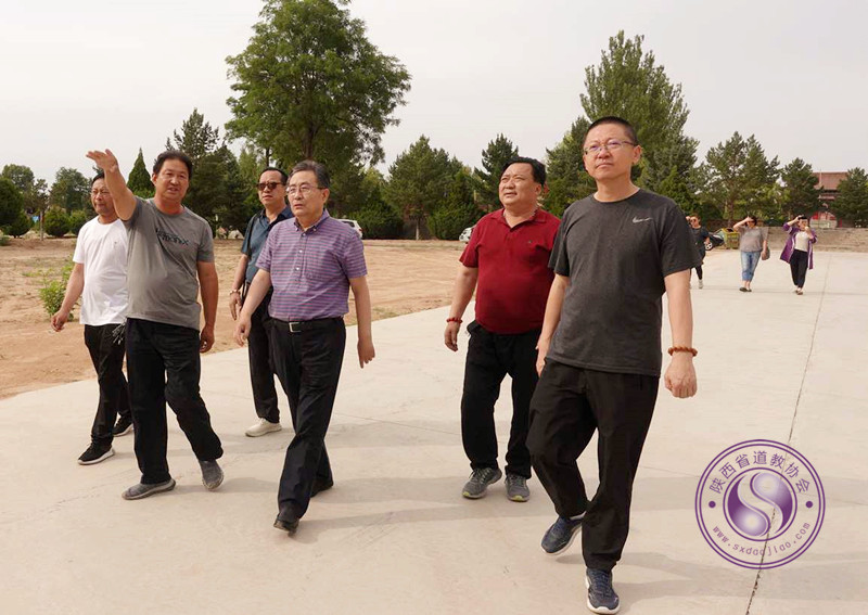 陕西省榆林市民宗局局长李长瑞检查卧云山道观防疫绿化工作