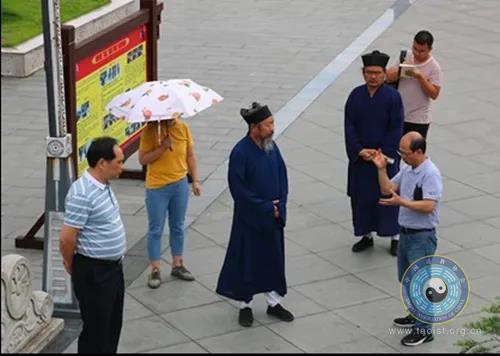 贵州省民宗委宗教处调研员包翔一行到福泉太极宫调研