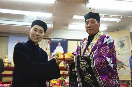 日本道教协会会长早岛妙听(左)与谢荣增道长互赠礼。郑松波供图