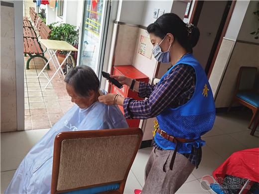 """为老服务 从""""头""""开始——记上海城隍庙志愿者分队理发组"""