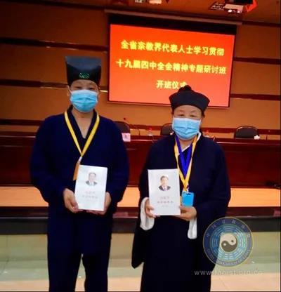 湖北省道协向领导班子成员赠送《习近平谈治国理政》(第三卷)