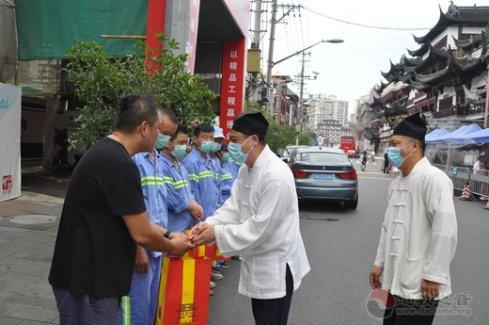 上海城隍庙慰问豫园一线环卫工人