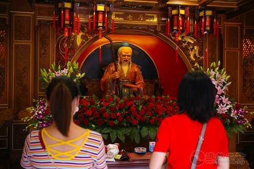 """上海城隍庙举行""""拜月老•顺姻缘""""活动"""