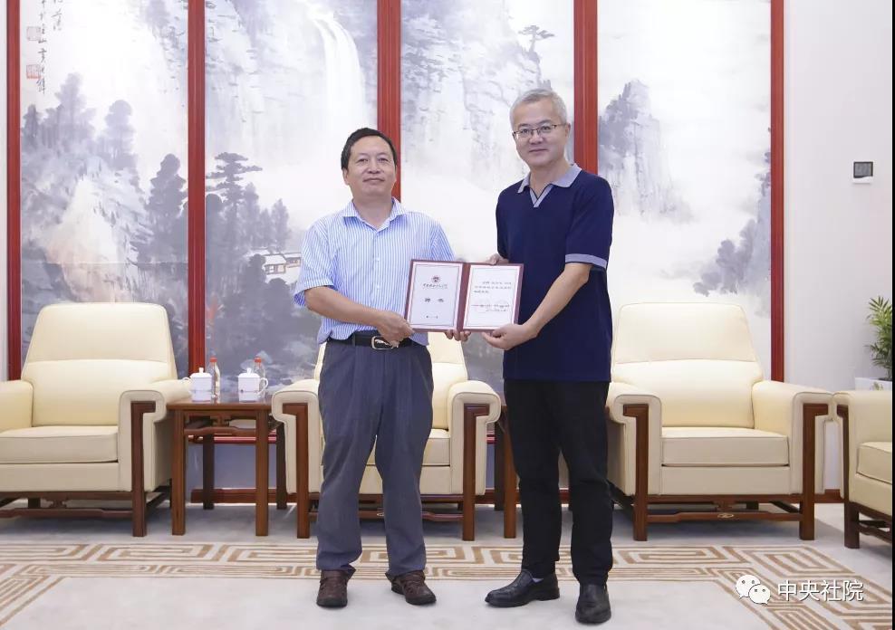 孔令宏做客中央社院共识大讲堂并捐赠图书