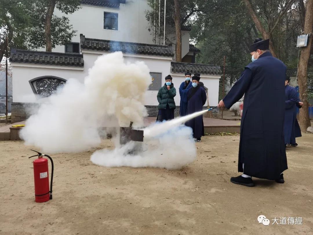 武汉大道观召开疫情防控常态化工作会议并组织冬季消防演练