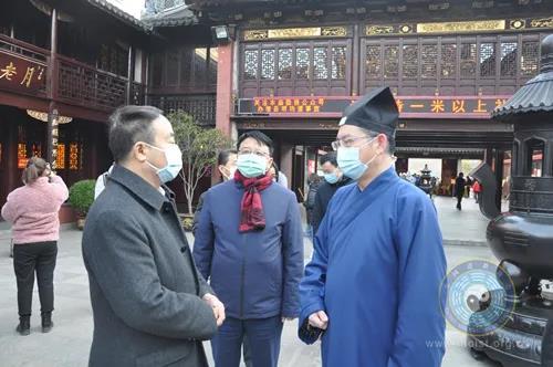 上海市委统战部副部长、市民宗局党组书记王霄汉到上海城隍庙检查常态化疫情防控工作