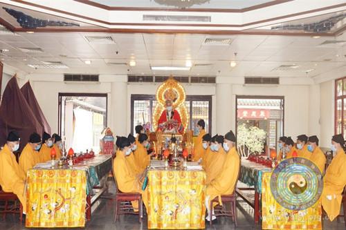 北京白云观高功法师焚香诵经,依科演法,超度亡灵。