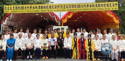 台湾高功法师焚香诵经,依科演法,超度亡灵。