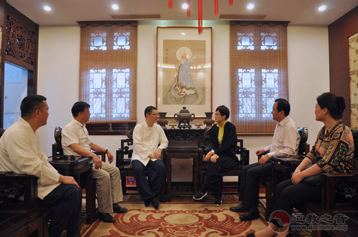 上海市黄浦区副区长李原到上海城隍庙走访并颁发感谢信