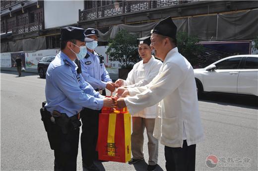 上海城隍庙慰问交警、城管一线执法队伍